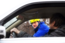 Illustrasjonsbilde til kampanjen Del veien / Del vegen. Om samspill og økt forståelse mellom syklister og bilister i trafikken  Søk blikkontakt! De alvorligste sykkelulykkene skjer fordi bilisten overser syklisten selv om det er fullt dagslys. Pass på å bli sett når du sykler. Søk blikkontakt med bilister når du skal krysse en veg eller avkjørsel. Får du blikkontakt er du sikker på å bli sett, og faren er over. Gi gjerne også et smil. Et smil kan løse opp i frustrasjoner og hindre aggressiv kjøring.  Modell på sykkel: Helge Stabbursvik Modell i bil: Erik Fjellheim