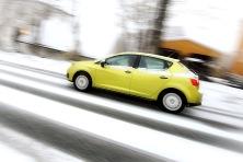 Bil med / uten vinterdekk på vegen etter høstens første snøfall, første vinterdag